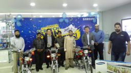 1-picture-caption-president-samsung-pakistan-j-h-lee-and-marketing-head-saad-ul-hassan-along-with-winners-of-scratch-and-win