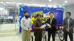 2-samsung-pakistan-president-j-h-lee-with-grand-price-car-winner-of-samsung-scratch-and-win-offer