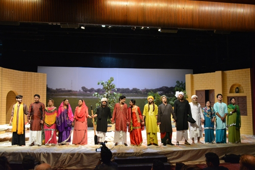 The cast of Daastan-e-Ishq receiving a standing ovation from the audience