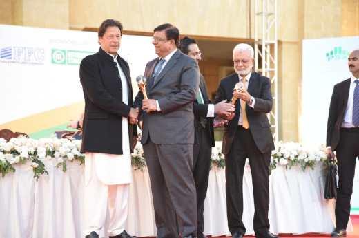 AHL Photo Release2 - Prime Minister Imran Khan presents PSX Top Companies Award to Mr. Arif Habib, Chairman, Arif Habib Group (Dec 27, 2019)